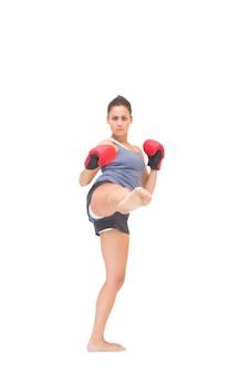 Ernstige sportieve brunette kickboksen