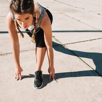 Ernstige sportvrouw bereid om te rennen