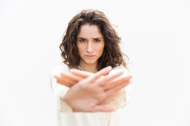 Ernstige strikte vrouw in het maken van hand stop gebaar