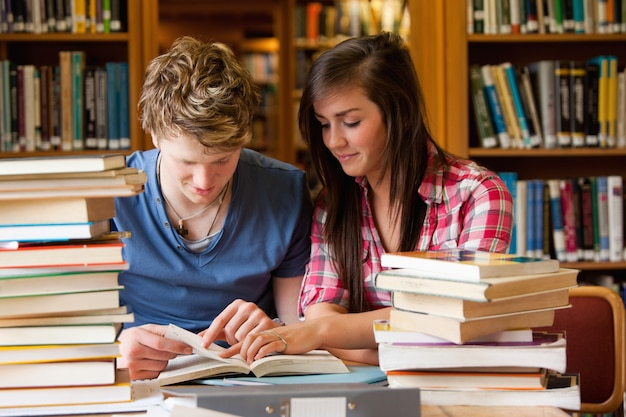 Ernstige studenten die een boek bekijken