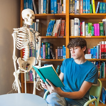 Ernstige tienerlezing dichtbij skelet