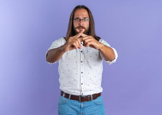Ernstige volwassen knappe man met een bril die geen gebaar doet