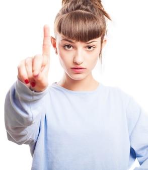Ernstige vrouw die met haar vinger