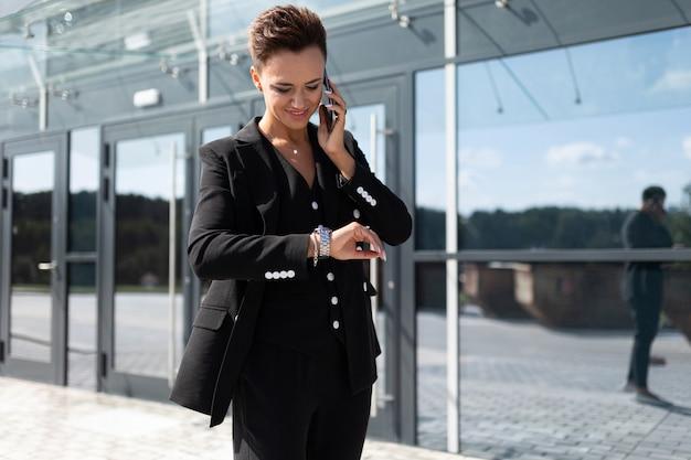 Ernstige vrouw in kantoor pak een afspraak gemaakt en wacht