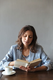 Ernstige vrouw leesboek.