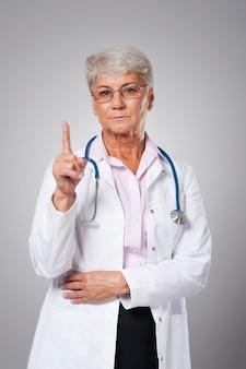 Ernstige vrouwelijke arts met goed advies