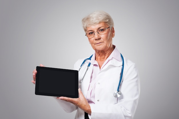 Ernstige vrouwelijke arts met slecht nieuws