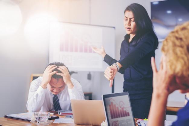 Ernstige vrouwen chef-kok berisping marketing teamwerknemer voor slecht bedrijfsresultaat