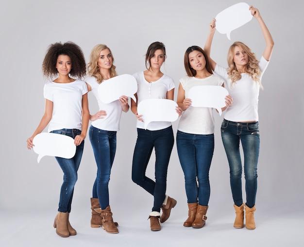 Ernstige vrouwen van verschillende nationaliteiten met tekstballonnen
