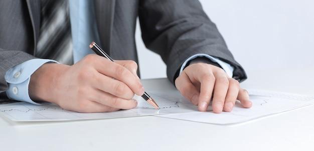 Ernstige zakenman die met documenten werkt
