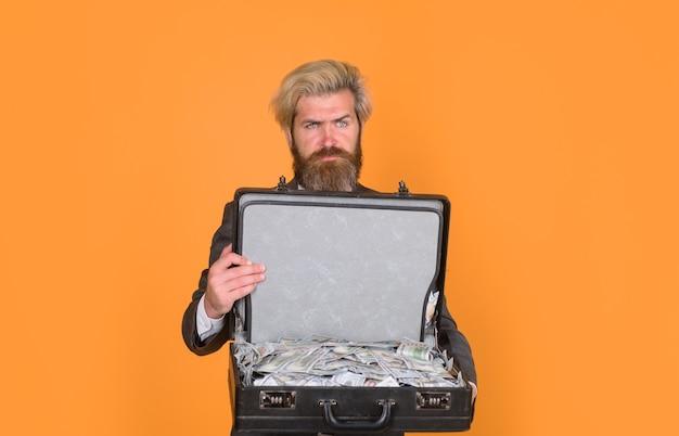 Ernstige zakenman houdt zaak met geld vuil geld zakenman met zaak omkoping en geld