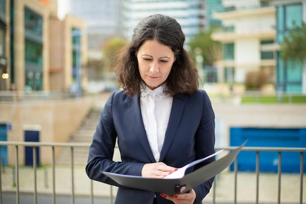 Ernstige zakenvrouw het lezen van papieren