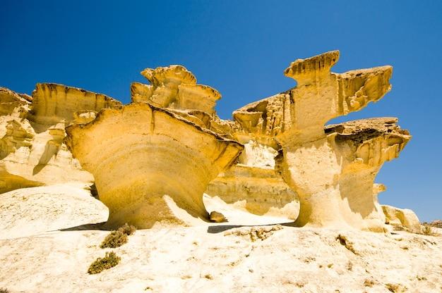 Erosie op zandsteen op het strand van bolnuevo, mazarron, murcia, spanje