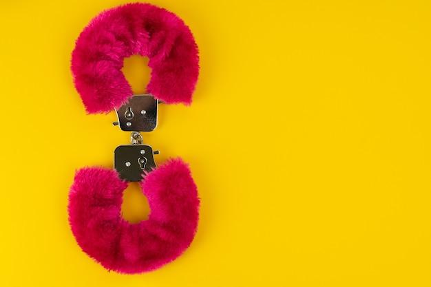 Erotisch speelgoed handboeien met roze vacht in de vorm van de nummer acht producten voor volwassenen