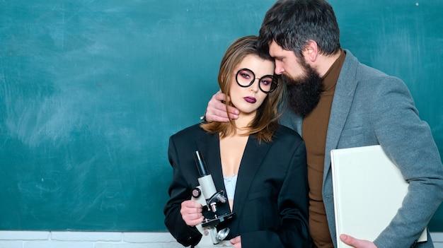 Erotisch spel. studenten bouwen een positieve relatie op met hun docenten. romantiek. studenten tijdens