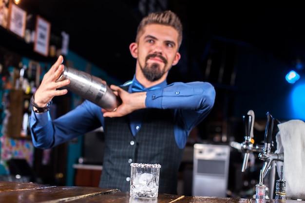 Ervaren barman formuleert een cocktail