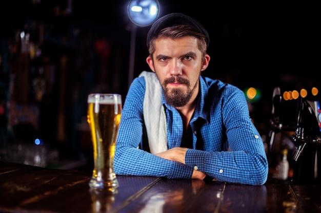 Ervaren bartending maakt zijn creatie intensief af in de nachtclub