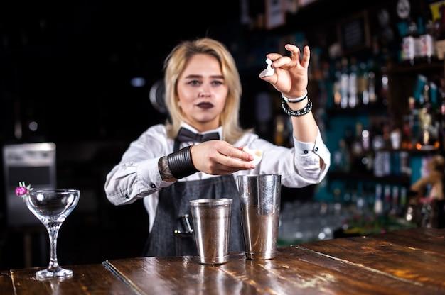 Ervaren bartending voor meisjes verrast met de bezoekers van de vaardigheidsbalk aan de bar