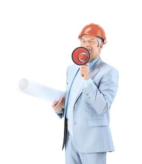 Ervaren ingenieur in oranje helm met een rode megafoon en tekeningen