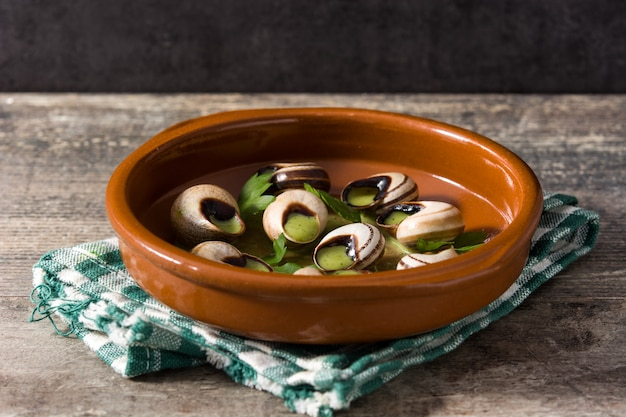 Escargots de bourgogne in bruine kom