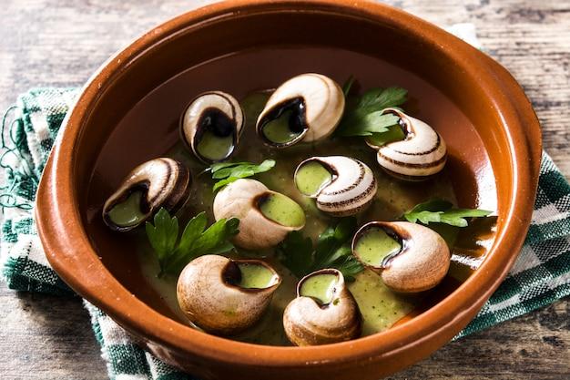 Escargots de bourgogne slakken met kruiden en kruidenboter.