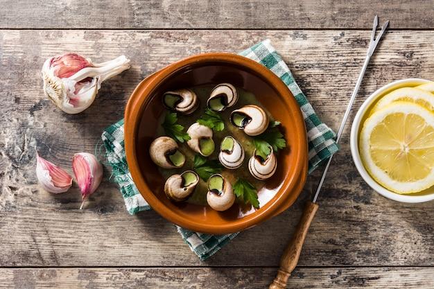 Escargots de bourgogne slakken met kruiden en lookboter, bovenaanzicht
