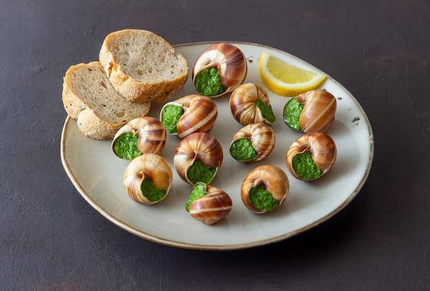 Escargots de bourgogne. slakken met kruidenboter. gezond eten. frans voedsel.
