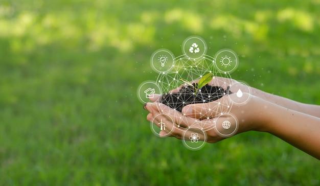 Esg-pictogramconcept dat in handen circuleert voor milieu, samenleving en bestuur. bijv. in duurzaam ondernemen op netwerkverbindingen op groene achtergrond.