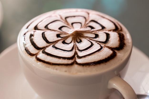 Espresso, heet in de kop, op tafel gelegd