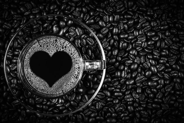 Espresso in een glas op houten tafel