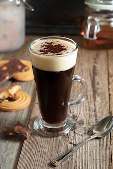 Espresso koffie. espressodrank met room, gegarneerd met slagroom. rustiek houten.