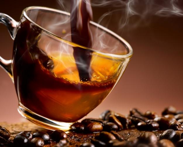 Espresso koffie gegoten in een glazen beker