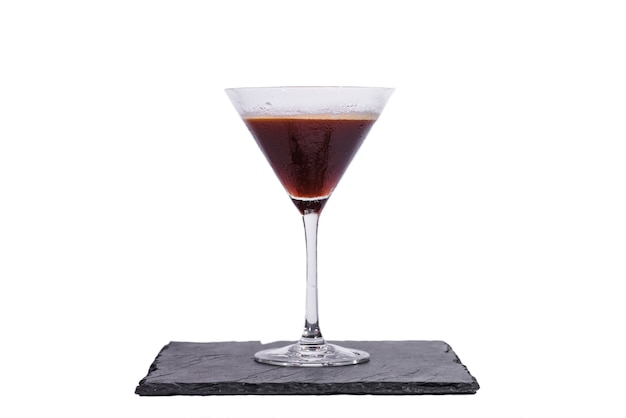 Espresso martini cocktail geïsoleerd op witte achtergrond white