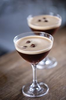Espresso martini wodka shortdrank als koffiecocktail inclusief koffielikeur en vanillesiroop.