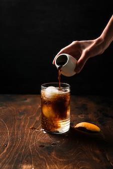 Espresso-tonic bereiden met sinaasappelsap.