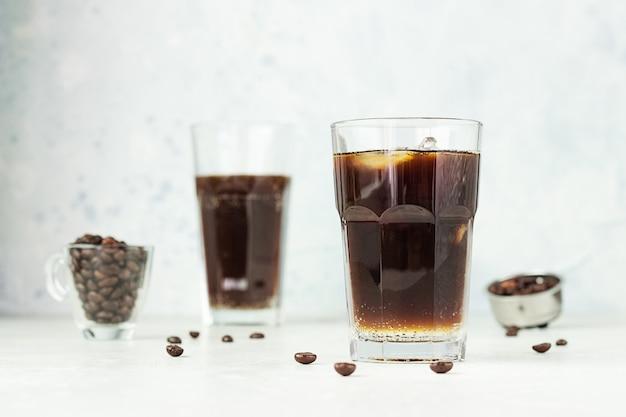 Espresso tonic met tonic water, koffie en ijs