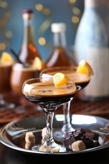 Espressococktail geserveerd op tafel