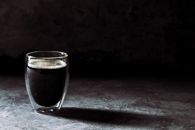 Espressokoffie in borrelglas sepiatint met zachte sluiter
