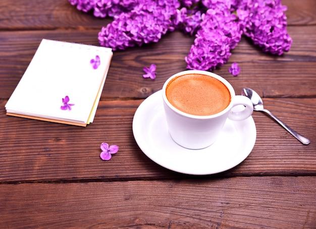 Espressokoffie in een witte kop met een schotel