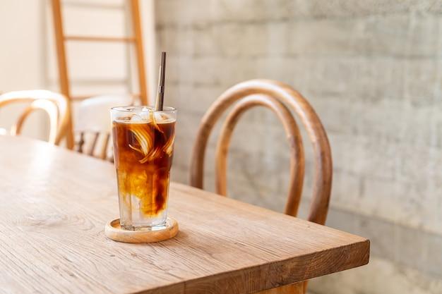 Espressokoffie met kokossap in coffeeshopcafé