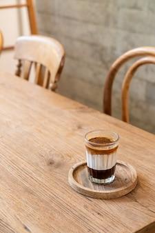 Espressokoffie met melk en chocolade in coffeeshop