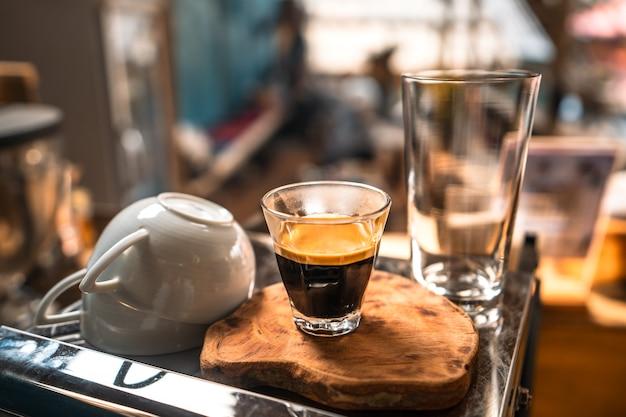 Espressokoffie stroomt in de shotcup.