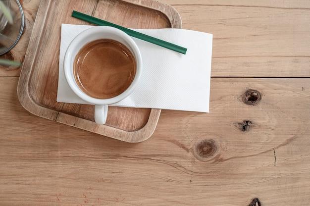 Espressokop op oude houten lijst
