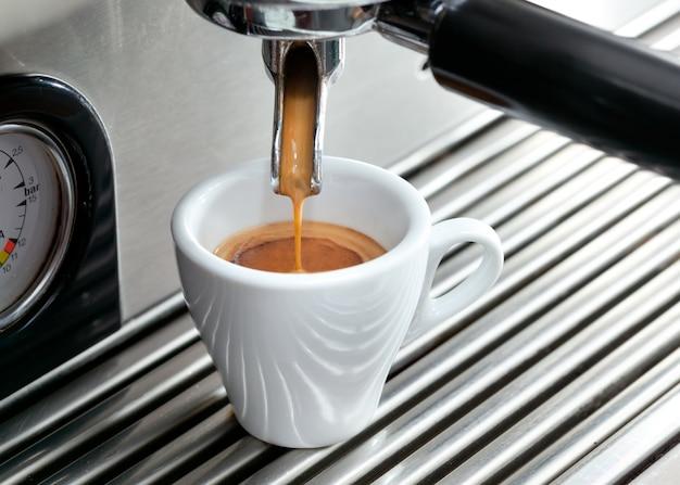 Espressomachine die een kop van koffie maakt.