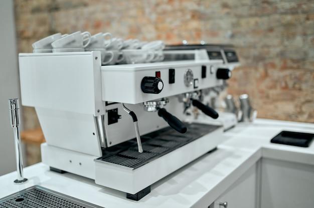 Espressomachine die koffie maakt in pub, bar, restaurant.