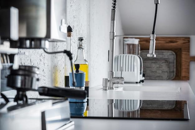 Espressomachine en een fles olijfolie