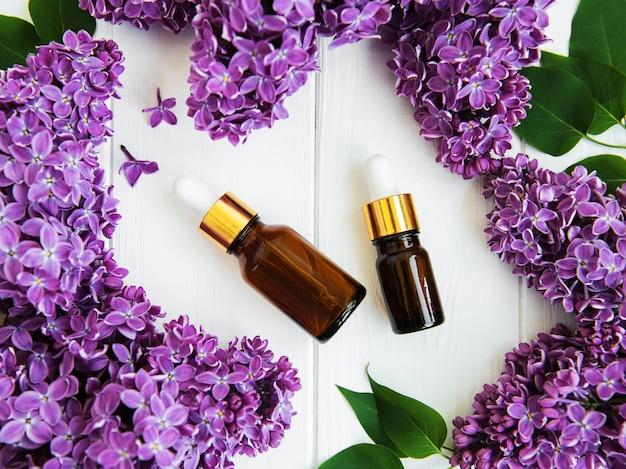 Essentiële olie met lila bloemen