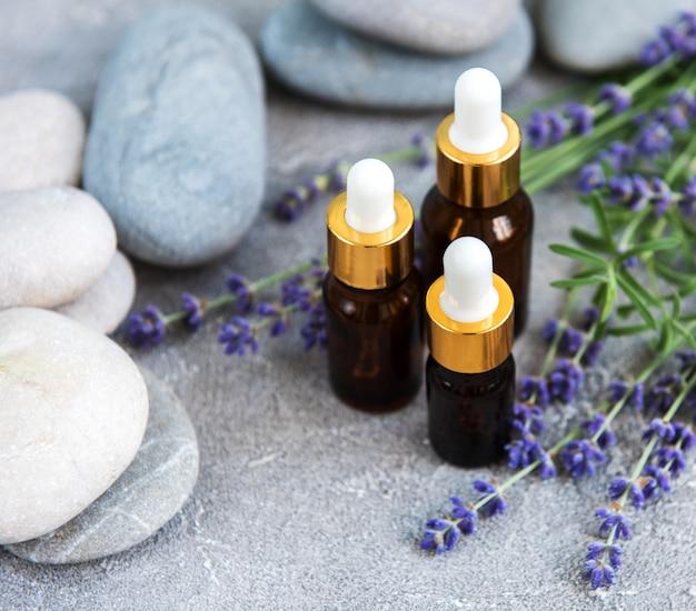 Essentiële olie met verse lavendel