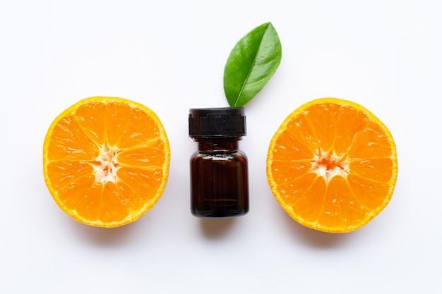 Essentiële olie met verse oranje citrusvruchten op wit