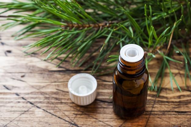Essentiële olie van ceder en sparren in een kleine glazen fles